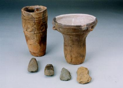 縄文時代の土器と石器のセット