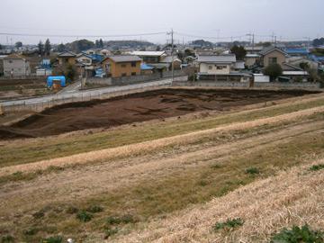 浅間下遺跡:江戸川の土手から遺跡を望む