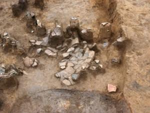 松原前:住居跡の床面で発見された土器