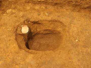 中井遺跡:貯蔵穴と土師器の坏