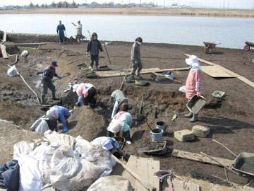 小林八束1遺跡:方形周溝墓の発掘風景