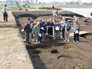 小林八束1遺跡:発掘作業を続けながらの見学会