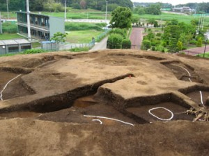 大木戸遺跡:方形周溝墓(周囲を溝で囲んだ墓)
