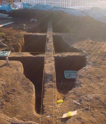 大山遺跡:調査中の炭焼窯