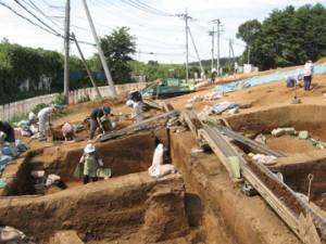 大山遺跡の発掘調査風景:南側に粘土を採掘した深い穴が広がる