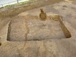 皿沼西遺跡:噴砂に切り裂かれた住居跡