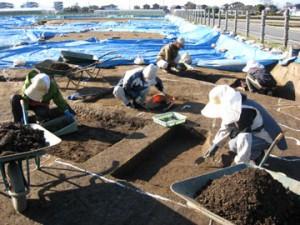 皿沼西遺跡:住居跡の調査風景