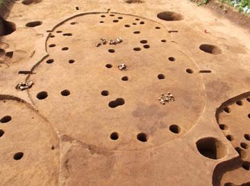 赤砂利遺跡:古墳時代後期の住居跡(左奥が貯蔵穴)