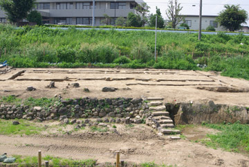 栗橋関所番士屋敷跡:足立家石垣と建物跡