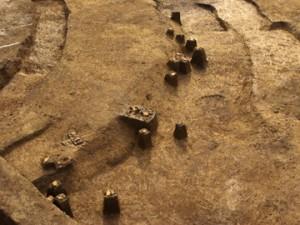 三竹遺跡:墳丘から周溝に落ちた円筒埴輪
