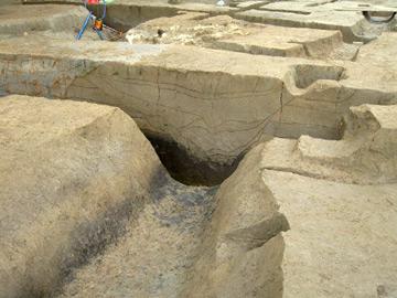 長竹遺跡:中世の溝跡(黒い土が縄文時代)