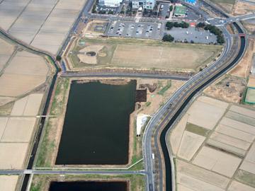 小林八束1遺跡:調節池右上の黒い四角が調査区