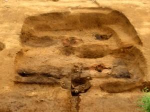 大山遺跡の鍛冶工房跡:方形に掘りこんだ竪穴状遺構で中央に鍛冶炉を検出した