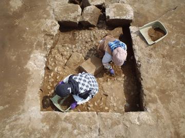 楽中遺跡:古墳時代後期の住居跡(左奥が貯蔵穴)
