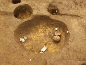 皂樹原・檜下遺跡:中世の土壙から土器が出土
