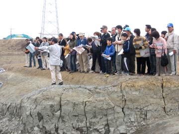 反町遺跡見学会:子供たちも熱心に見学しました