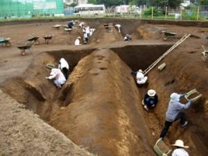 諏訪北2遺跡:深さ3mの堀跡の調査