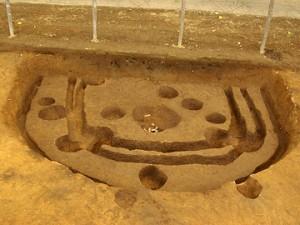 諏訪野遺跡:調査区の縁で発見された竪穴住居跡