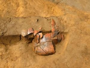 高木道下遺跡:土壙の端に深鉢形土器が口縁部を下にして出土