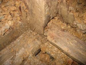天神台東遺跡:左の井戸枠の木組みの様子
