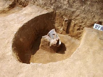 雅楽谷遺跡:貯蔵穴から出土した土器